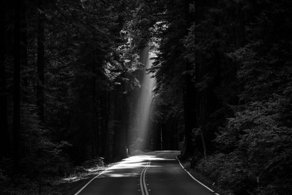 Route avec lumière au bout dans un contexte de médiation familiale ou de droit de la famille.